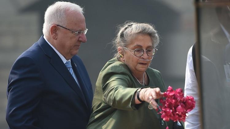 La primera dama de Israel Nechama Rivlin, junto a su esposo, Reuven Rivlin (AFP)
